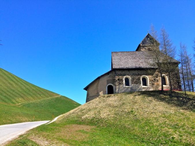 Das Jakobs-Kirchlein aus dem XIV. Jahrhundert. Hoch über Gries ist es ein kleines und feines Juwel. Für Jakobspilger_innen eigentlich ein 'Pflichtbesuch'.