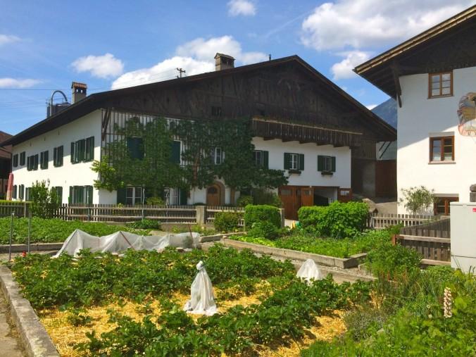 Ein wunderschön-wuchtiger Tiroler Bauernhof in Unterperfuss. Samt dazugehörendem Bauerngartl.