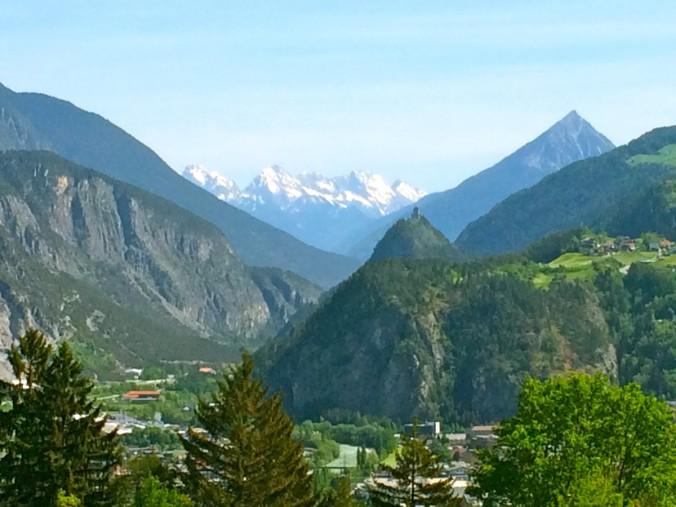 Der Ausblick von Stanz ins Inntal um Zams und Landeck. Mit der Kronburg und dem pyramidenförmigen 'Heiligen Berg', dem Tschirgant.