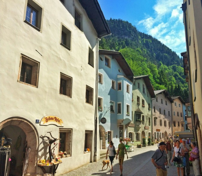 Im mittelalterlichen Rattenberg lohnt sich ein kleiner Rundgang. Und ein Kaffee natürlich. Auf der Hauptstraße.